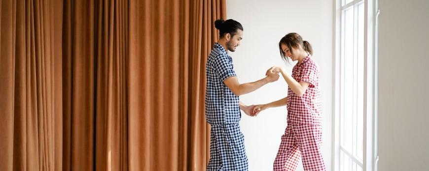 Menggunakan Piyama Couple Dengan Pasangan Bisa Bikin Kamu dan Dia Lebih Intimate dan Romantis